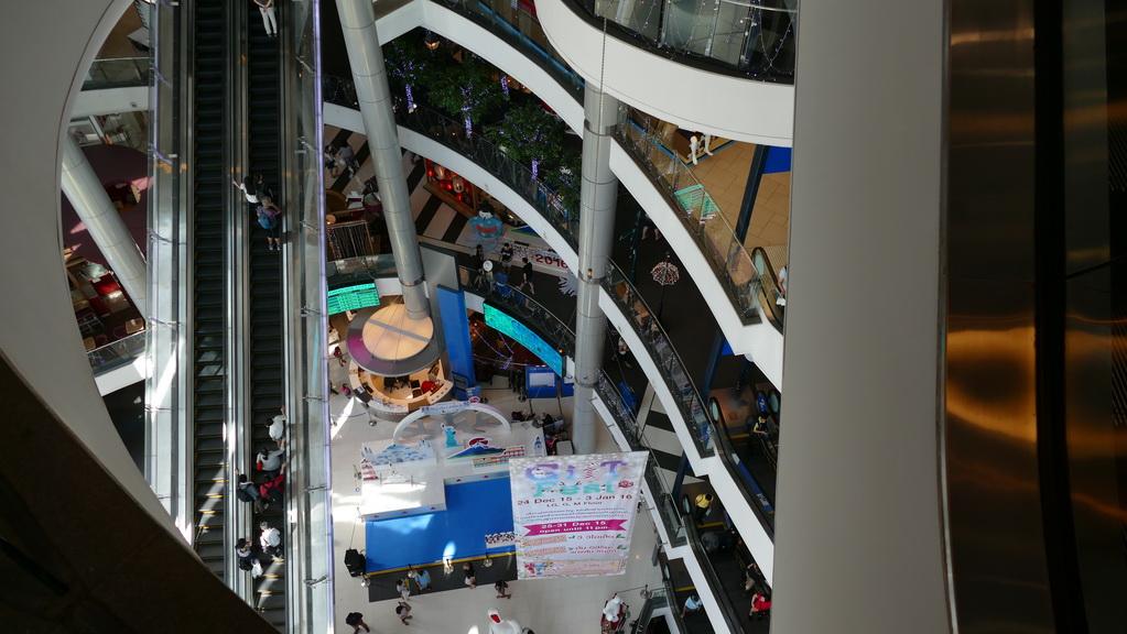 Steile Rolltreppe im Terminal 21