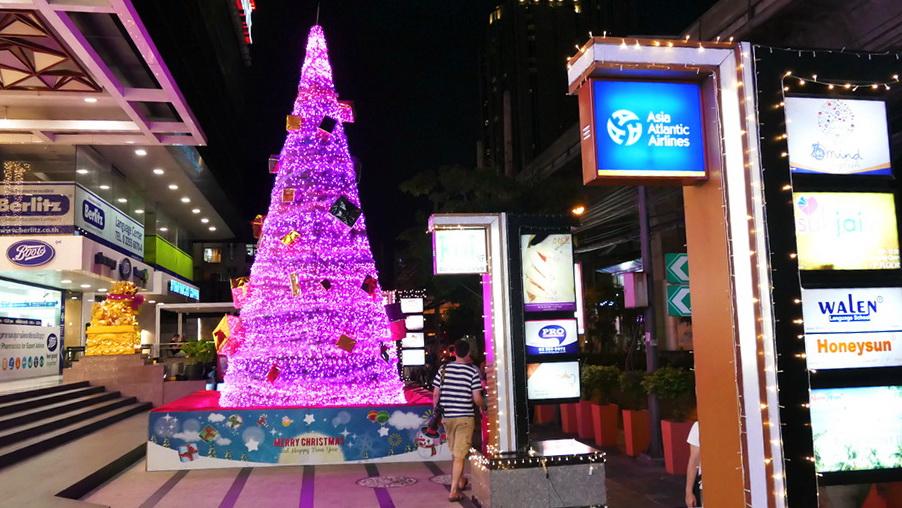 Glitzernde und Funkelnde Weihnachtsbäume in der Sukhumvit Road