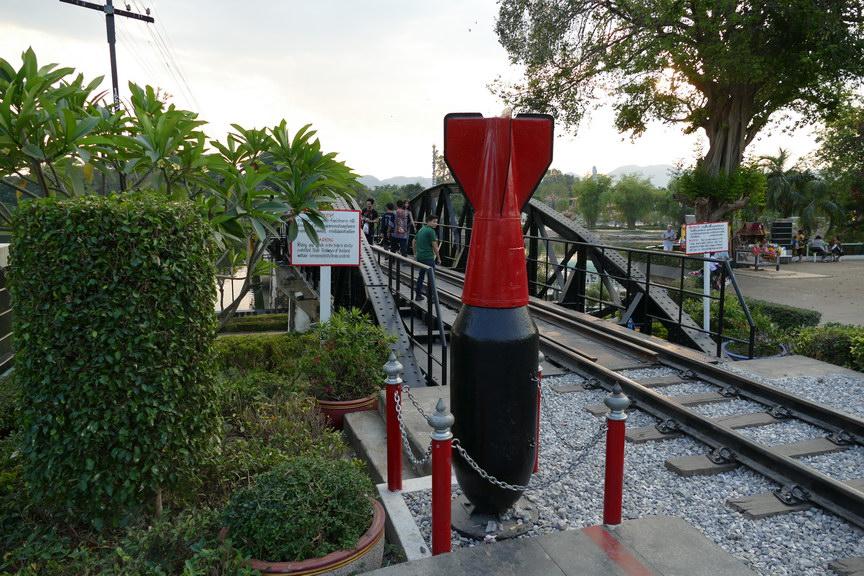 Bombenatrappe an der Brücke am Kwai