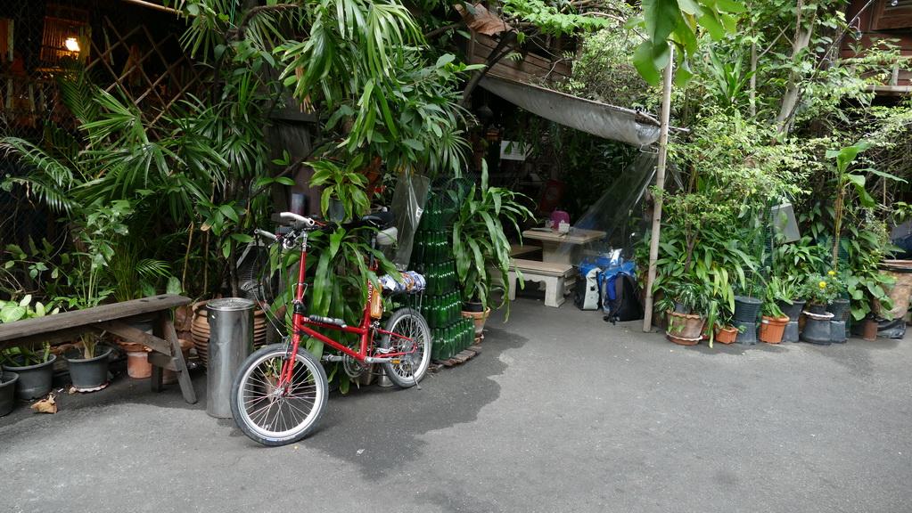 Mein Radlparkplatz vor dem Hostel in Bangkok