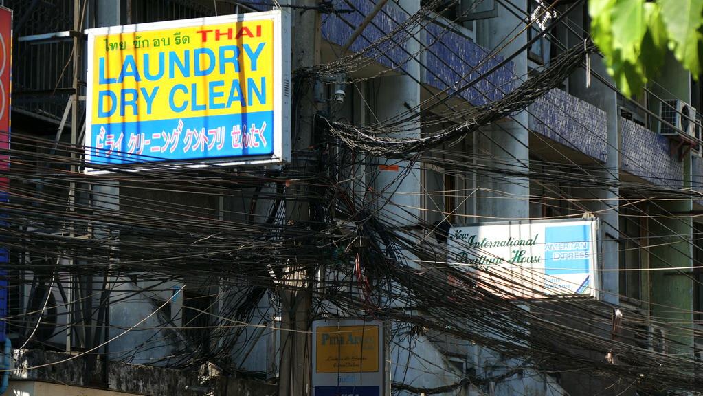 Kabelgewirr an einem Haus in Bangkok
