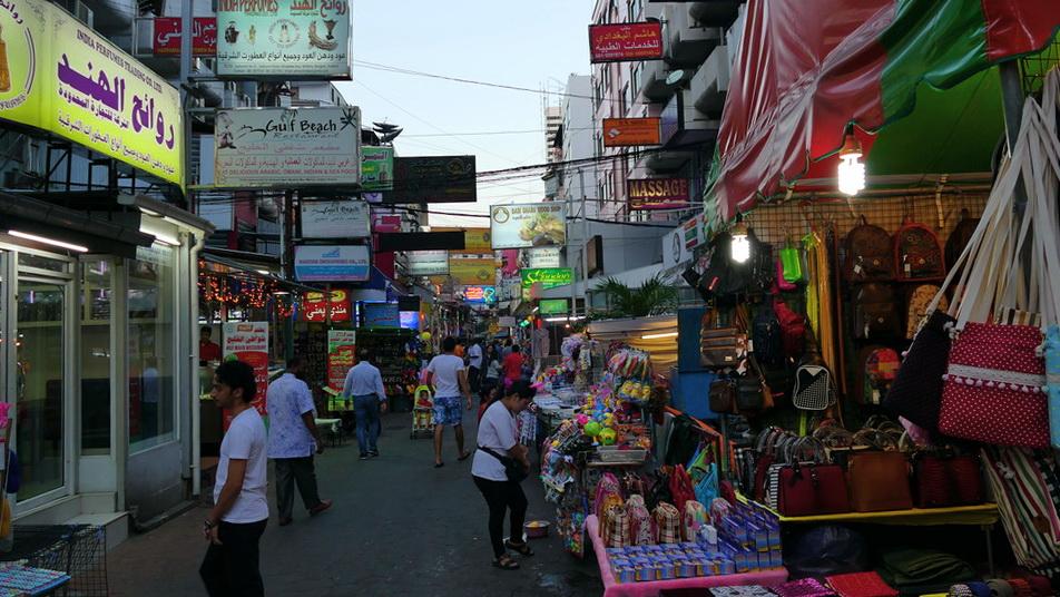 Nachtmarkt in einer Nebenstraße in Bangkok