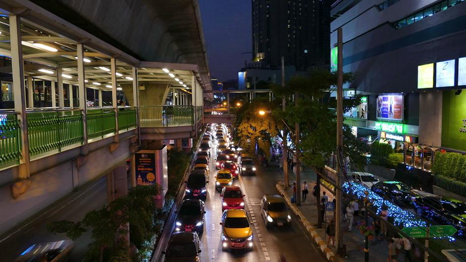 Stau auf der Sukhumvit Road am Abend