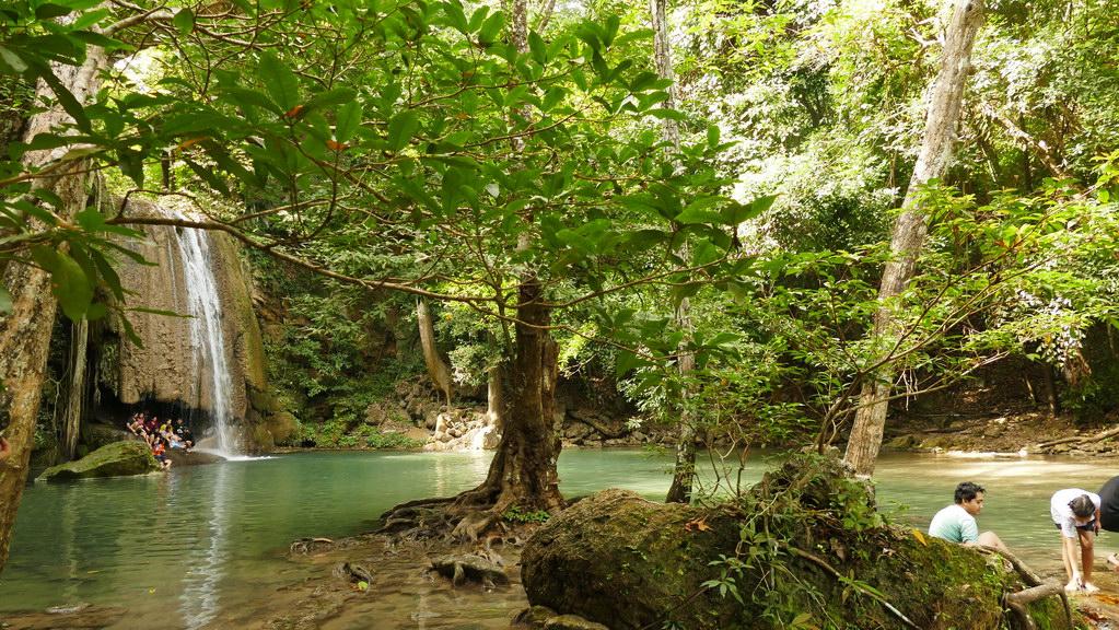 Erawan Wasserfälle -Baden unter dem Wasserfall