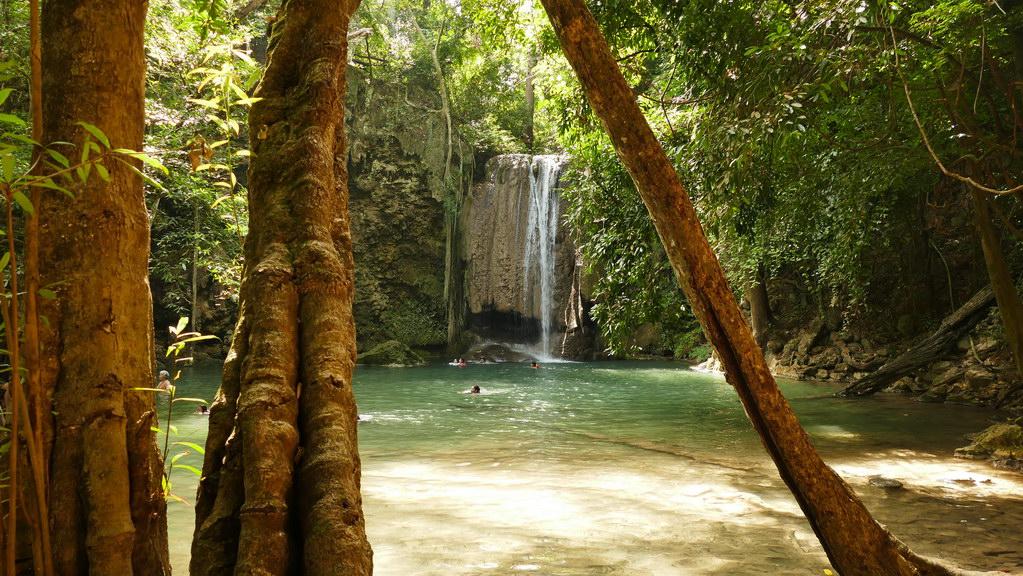 Erawan nationalpark - Baden unter dem Wasserfall