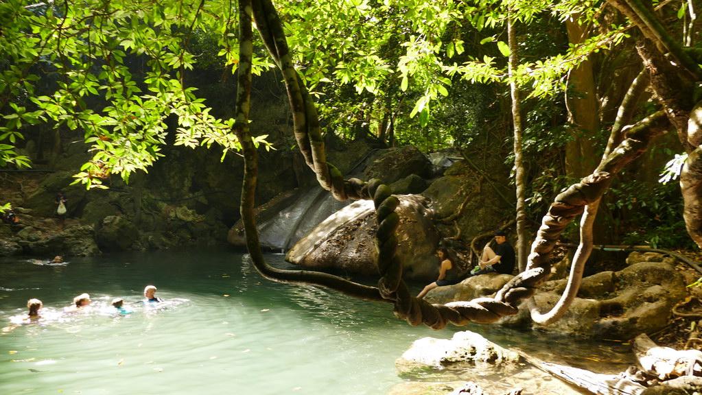 Erawan wasserfall - schwimmen im glasklaren wasser