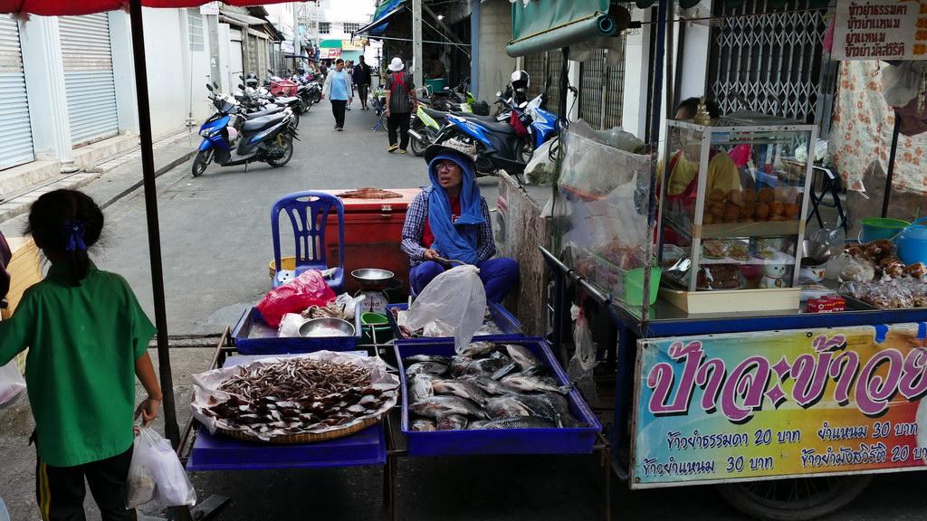 Fischverkäufer auf dem Nachtmarkt von Kanachaburi