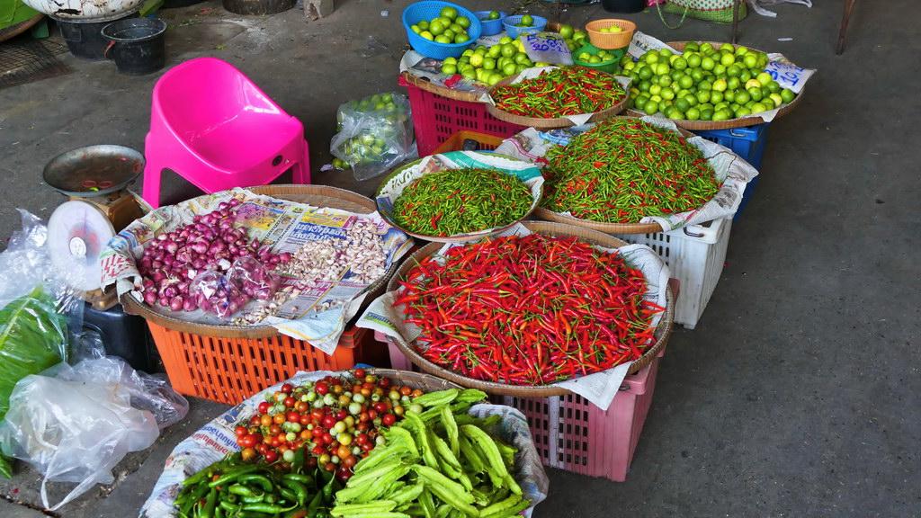 Farbiges Gemüse und Gewürze auf dem Nachtmarkt