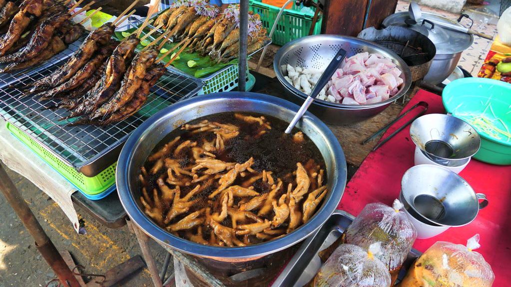 Gekochte Hünhnerfüße auf dem Nachtmarkt von Kanachaburi