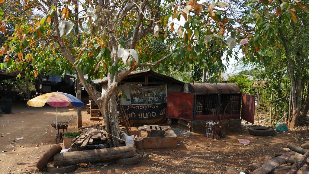 Einfache Tankstelle bei Kanachaburi