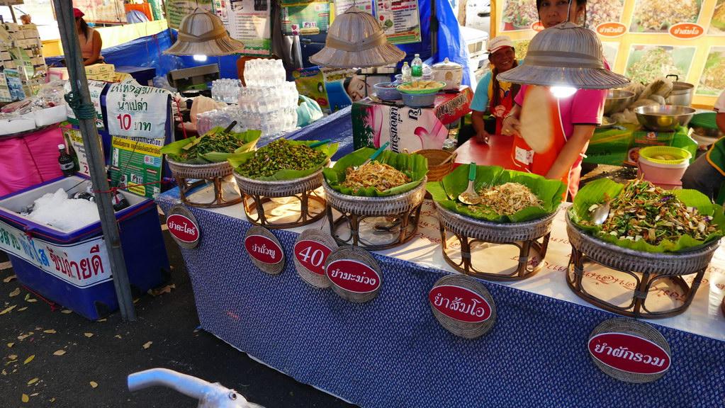 Salatbufett auf dem Nachtmarkt von Sayok