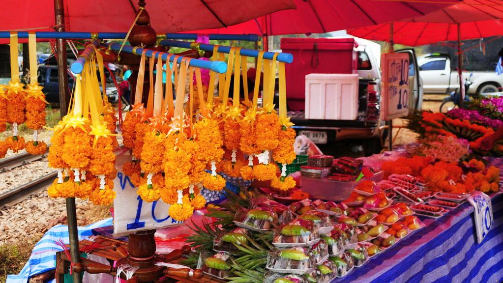 Farbenpracht auf dem Nachtmarkt von Say Yok