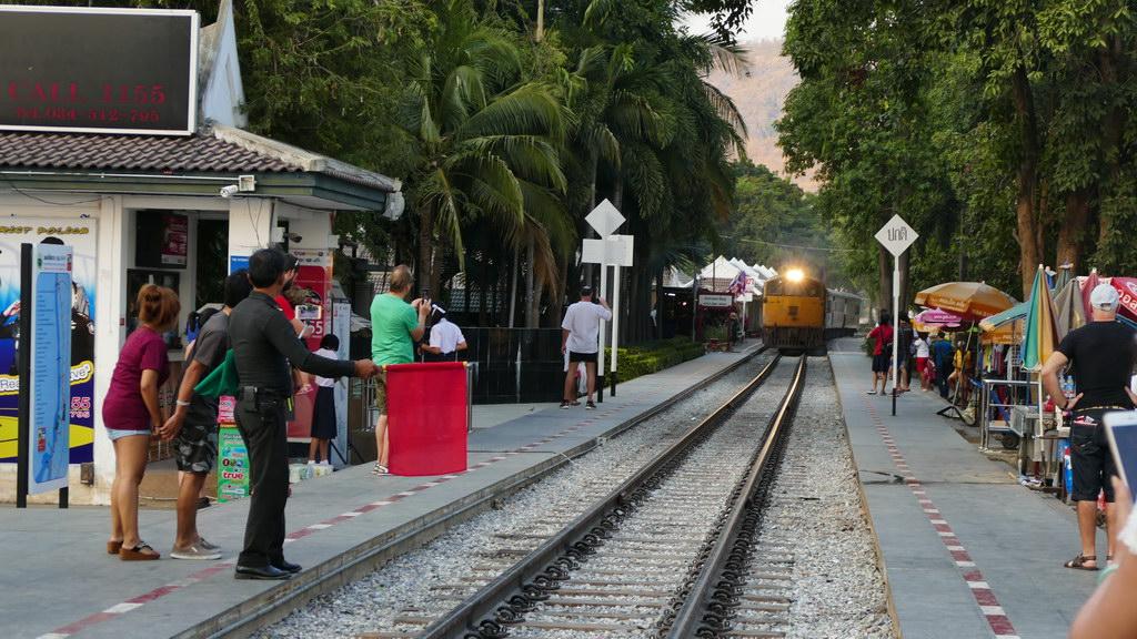 Einfahrt des Zuges an der Brücke am Kwai