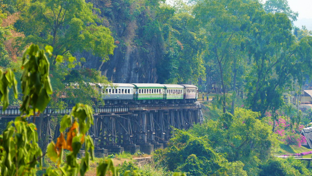 Zug an der Tham Krasae Railway Bridge