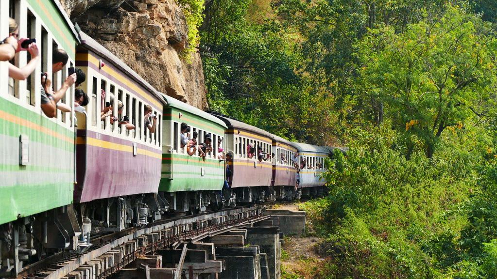 Fotografieren aus dem Zug auf der Tham Krasae Bridge