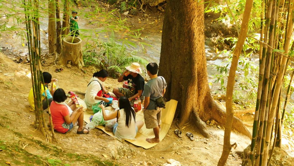 Picknick am Say Yok Wasserfall
