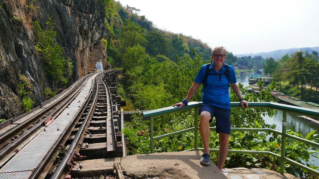Warten auf den Zug an der Tham Krasae Bridge