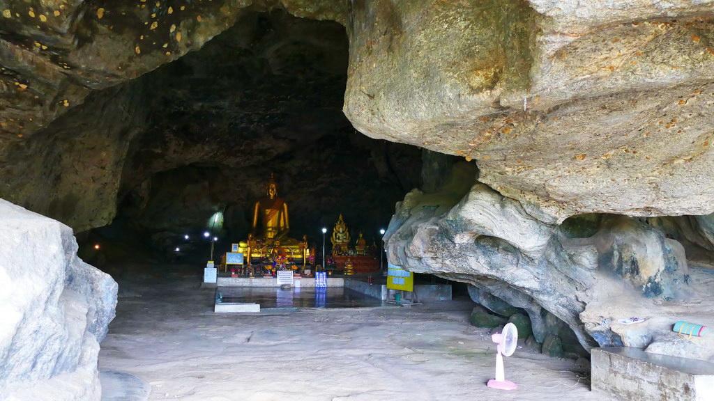 Tempelhöhle neben der Tham Krasae Bridge