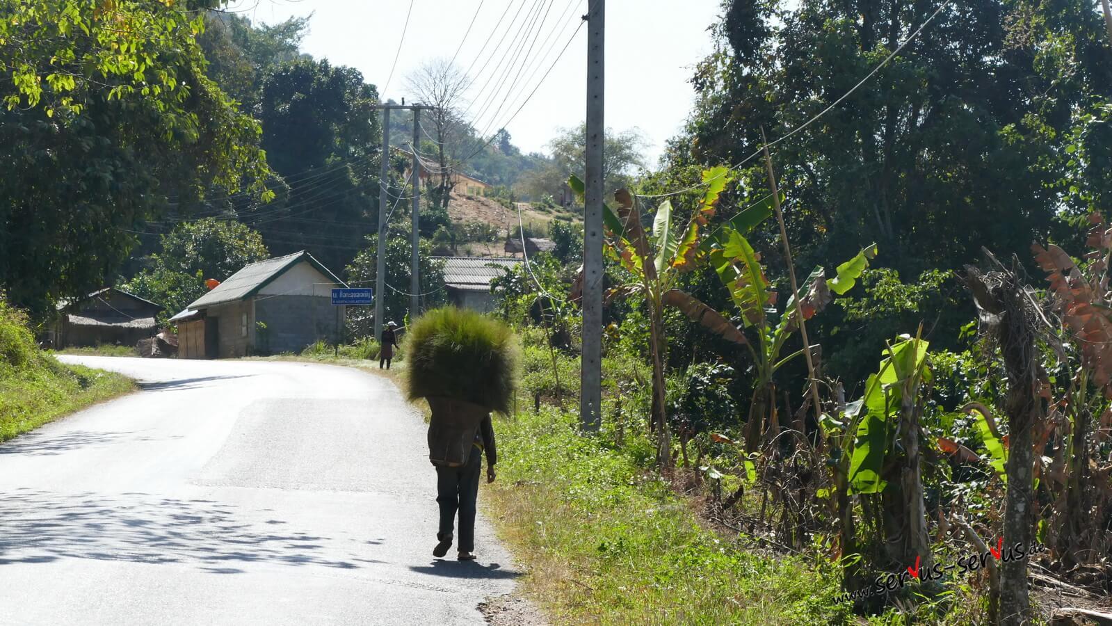 Laos-Menschen-am-Straßenrand