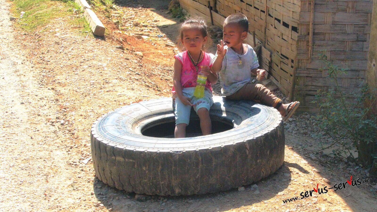 Laos-Kinder-im-Reifen