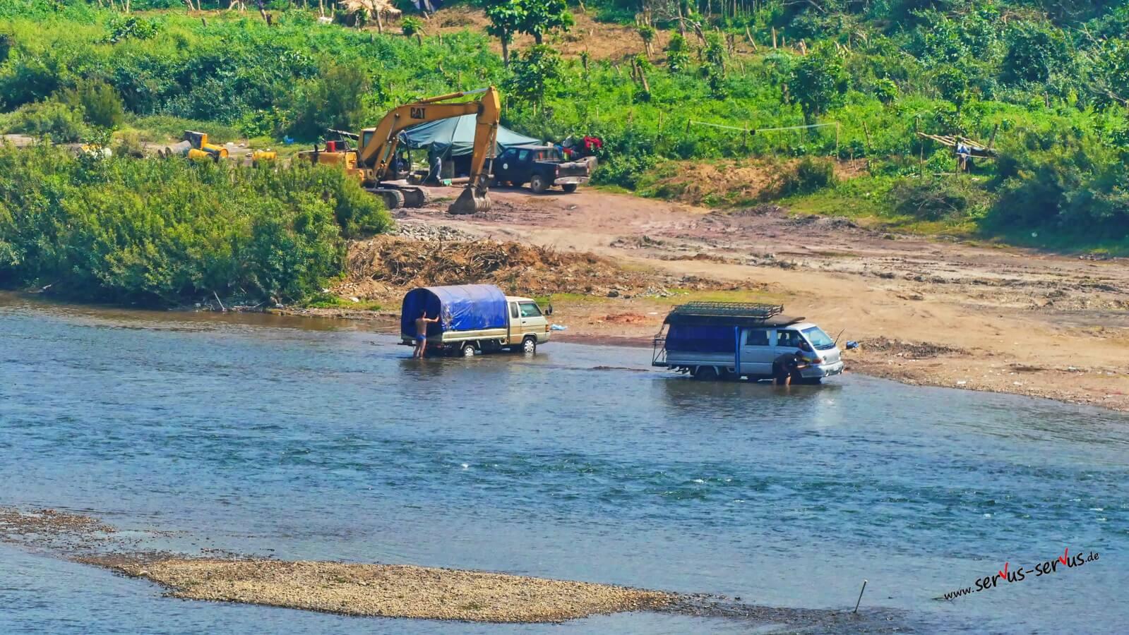 Autowäsche im Fluss bei Vang Vieng
