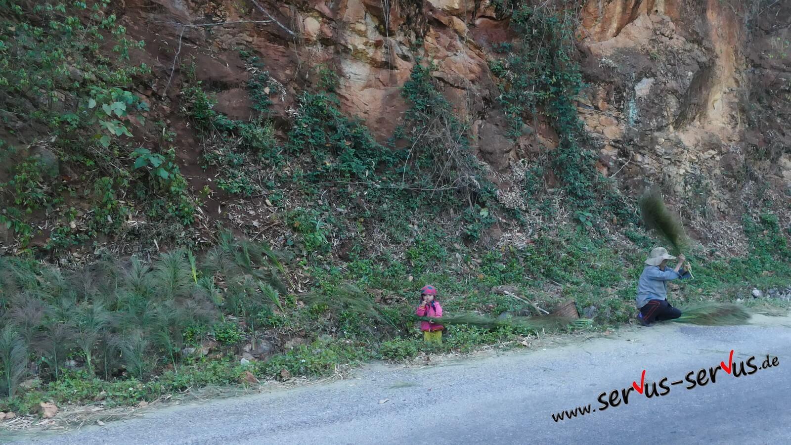 Laos, Luang Prabang, Menschen am Wegrand,