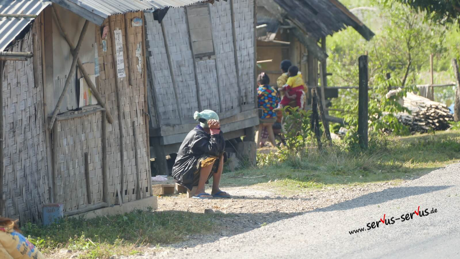 laos berge frau am straßenrand