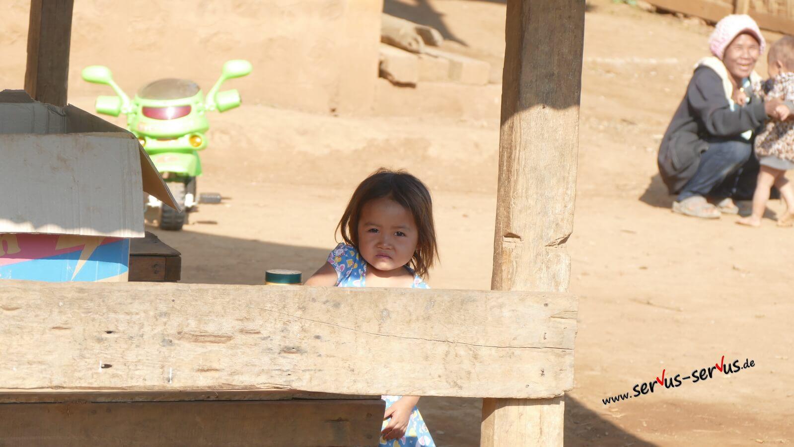 laos kind in den bergen