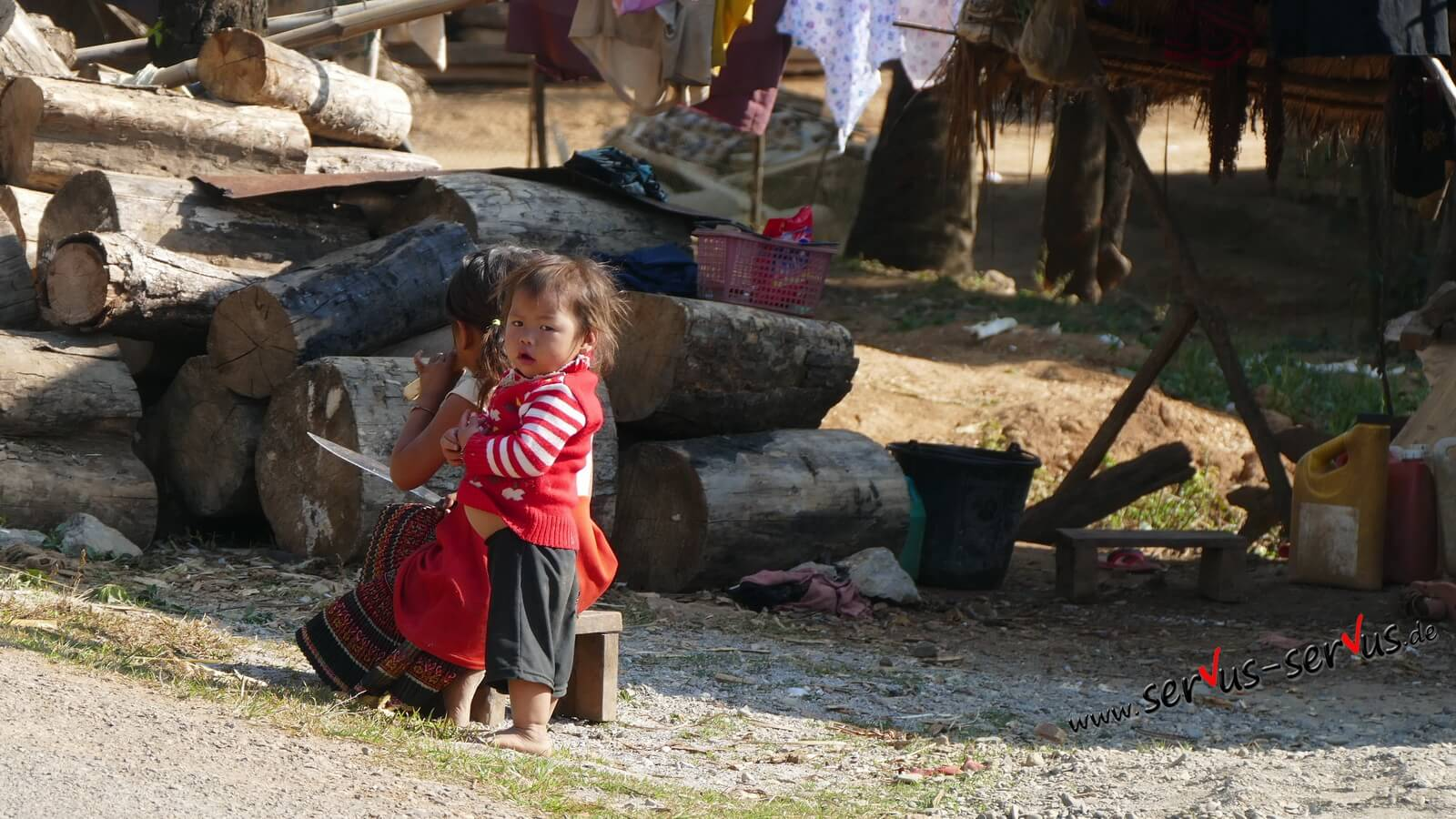 kind am straßenrand in Laos