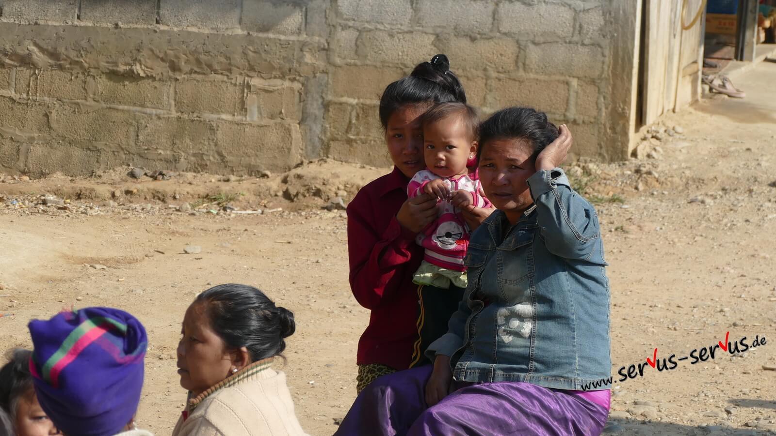 sawadee, Kind winkt laos straße