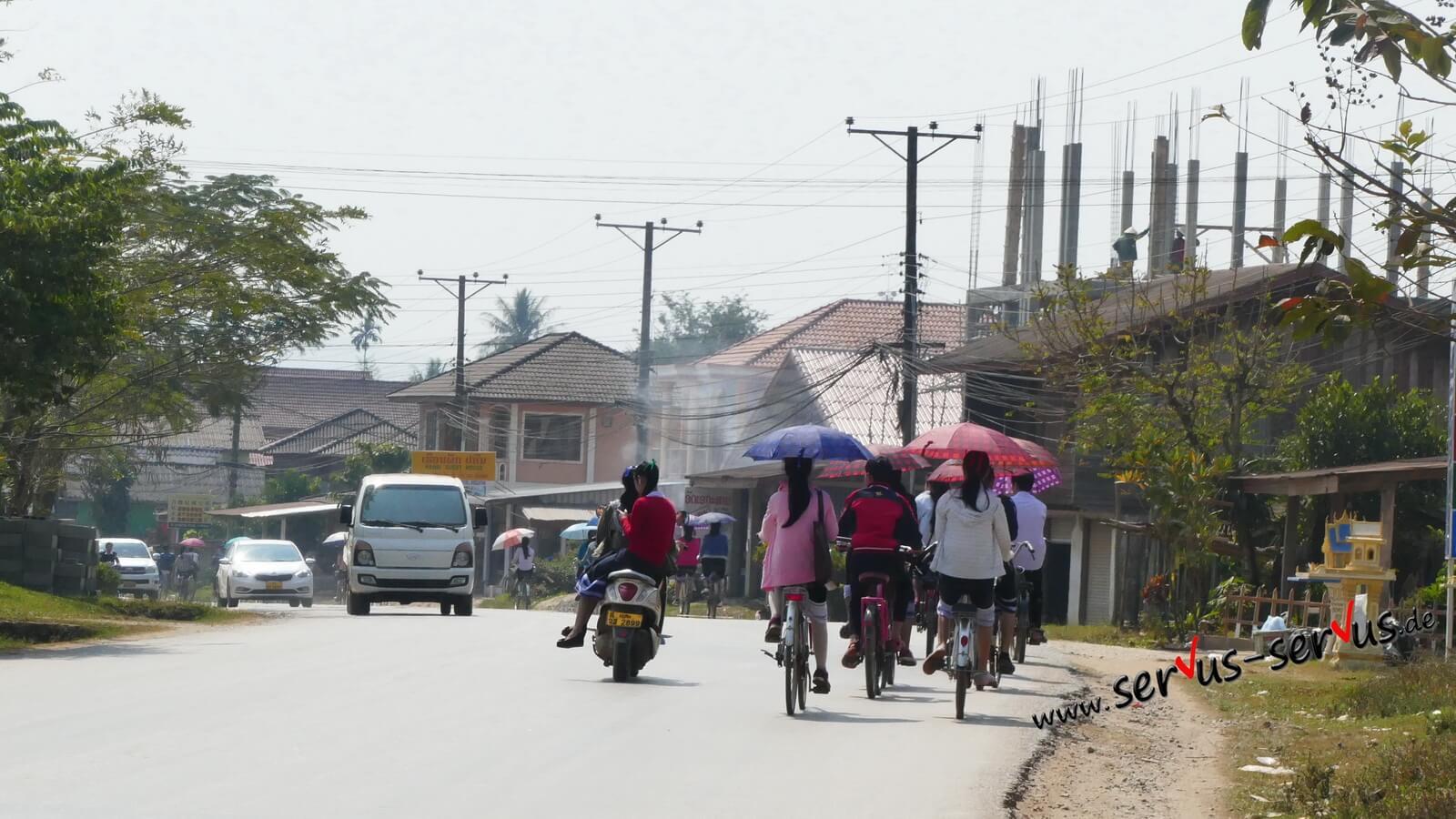 überall sonnenschirme in laos
