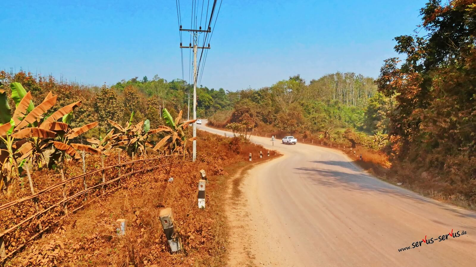 Roter Staub am Wegrand in Laos