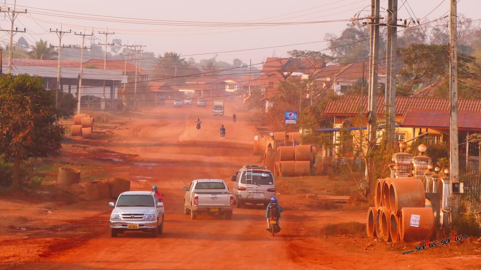 Roter Staub in Thalat Laos