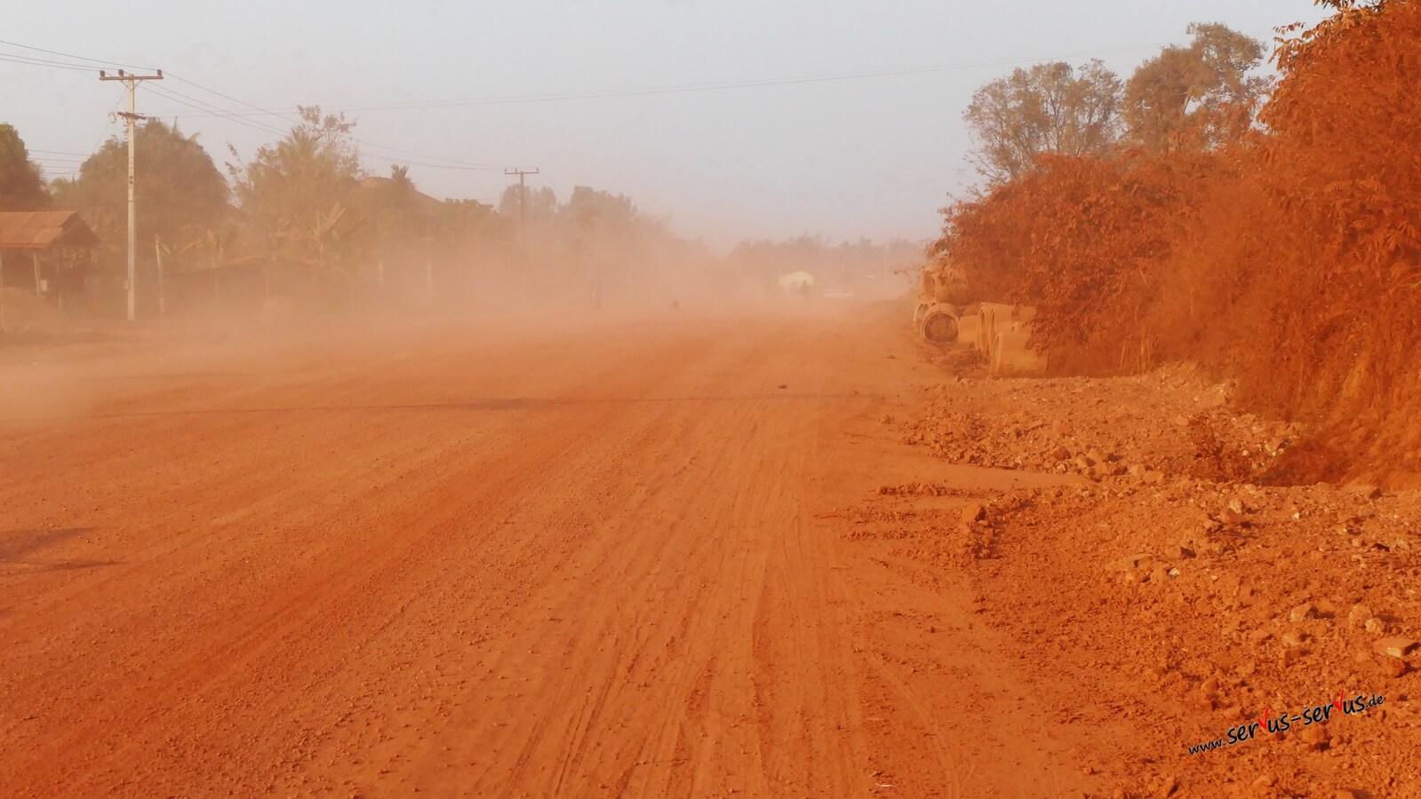 Roter Staub auf der Straße bei Thalat in Laos
