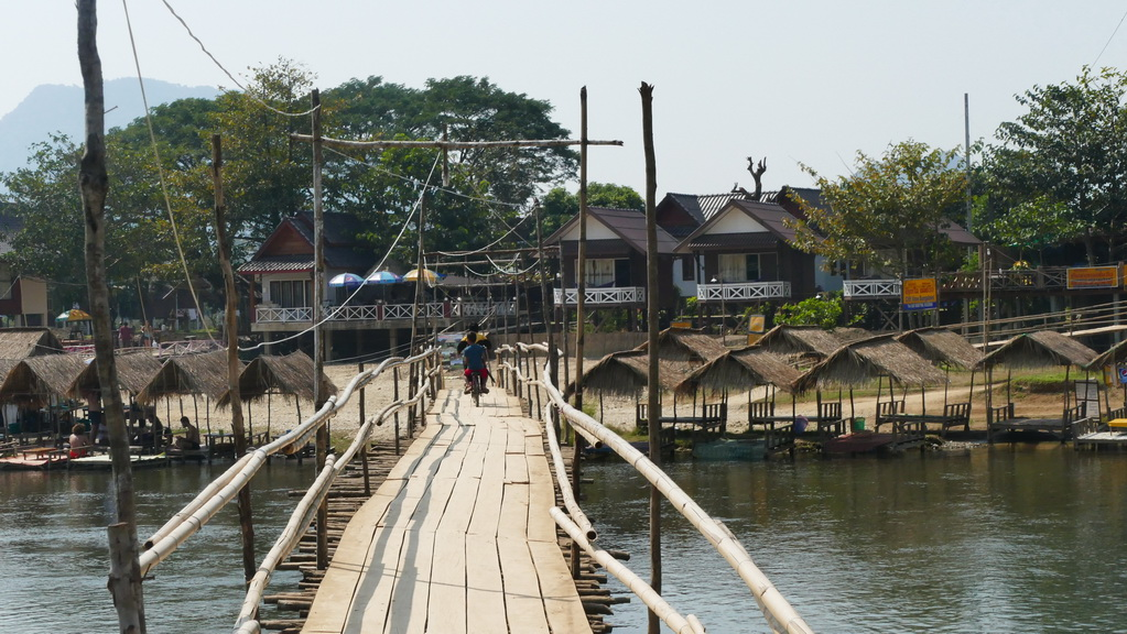 bambusbrücke-vang vieng