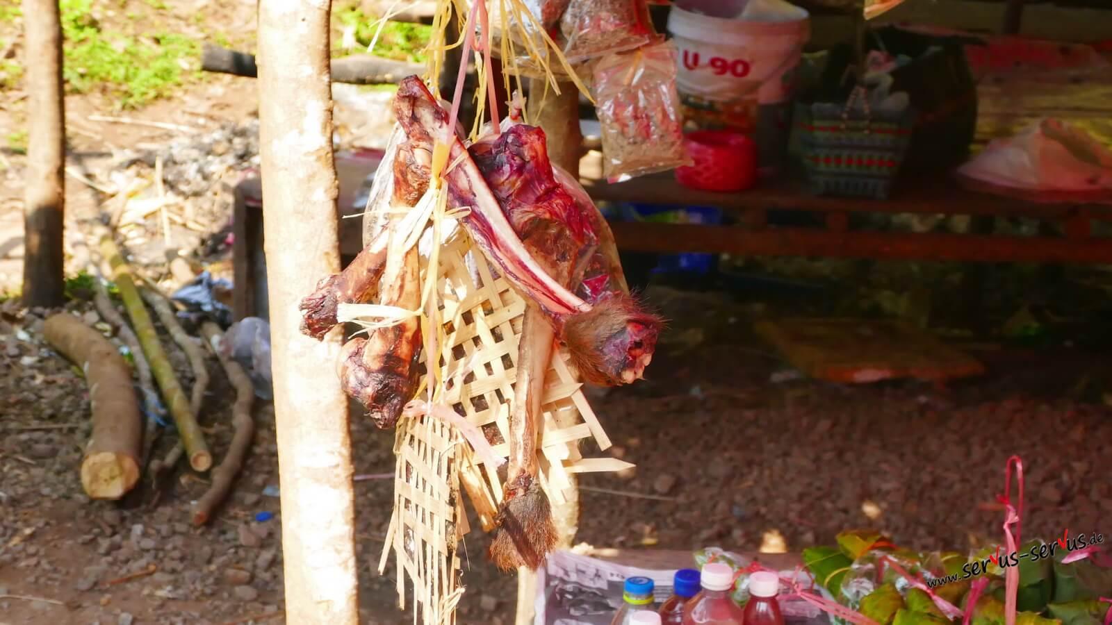 Knochenreste auf dem Markt in Laos