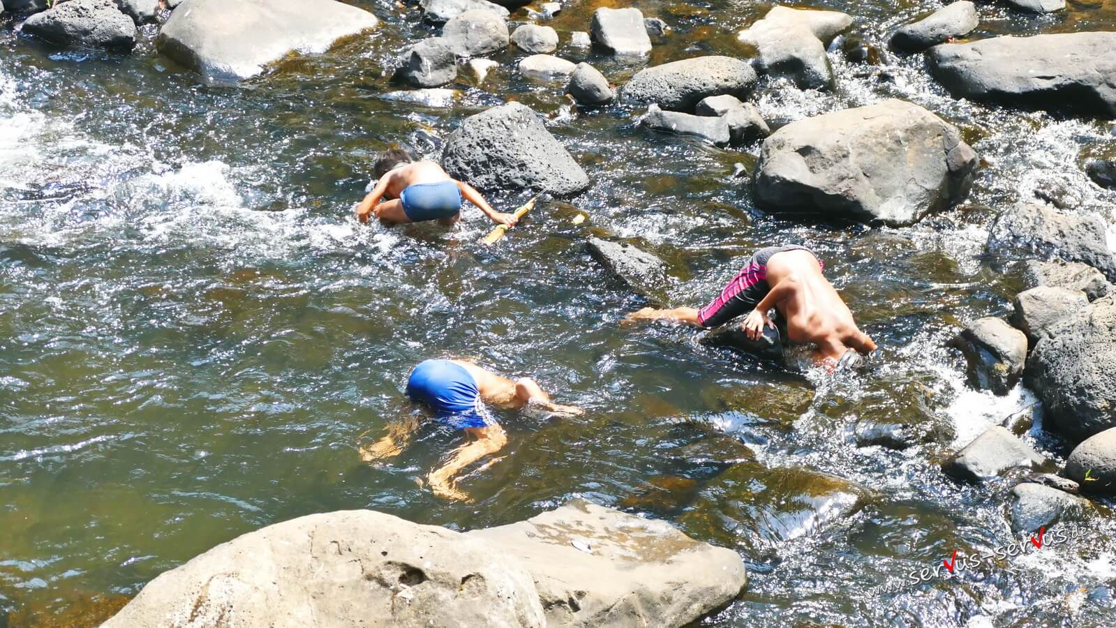 Kinder, Fischen, Laos Tat Yuang