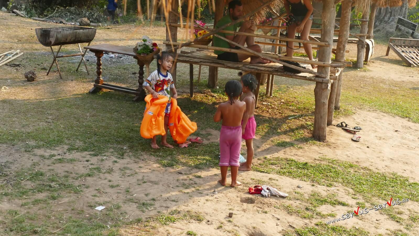Tad Lo, Laos, Dorfkinder beim baden, Bolavenplateau