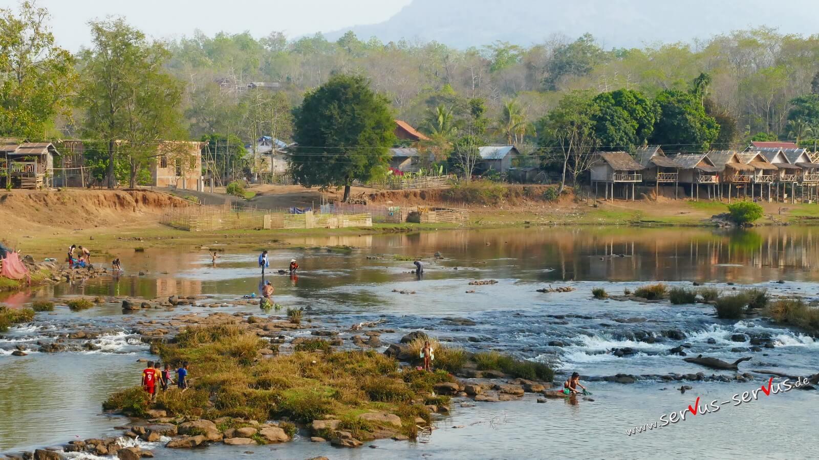 Baden im Flus, Tad Lo, Laos, Bolaven-Loop
