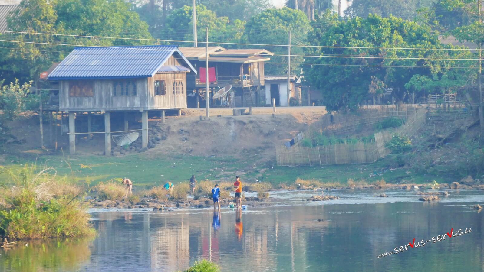 Laos, Tad Lo, Bolavenplateau, Menschen am Fluss