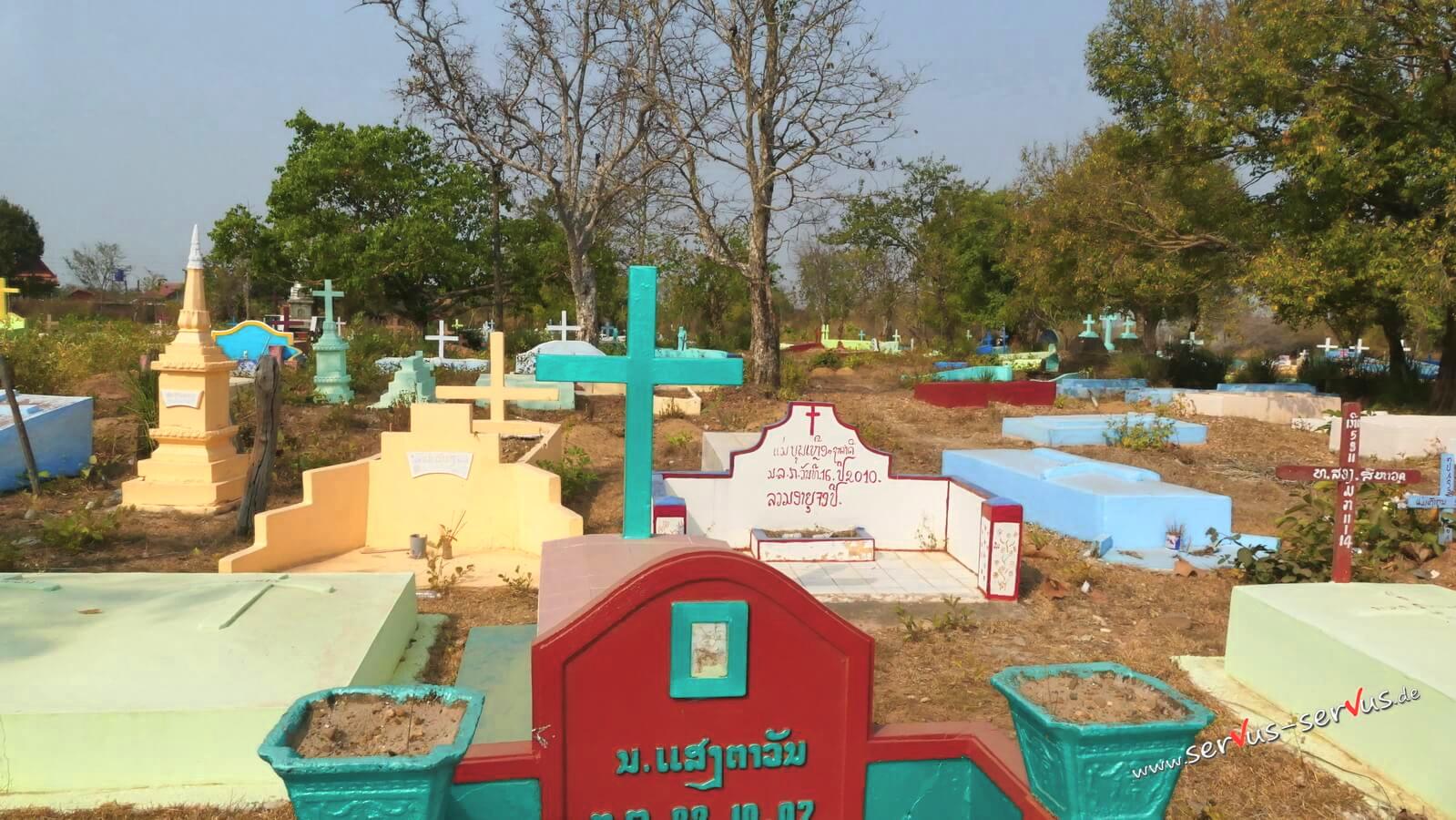 Ein katholischer Friedhof am Wegrand in Laos