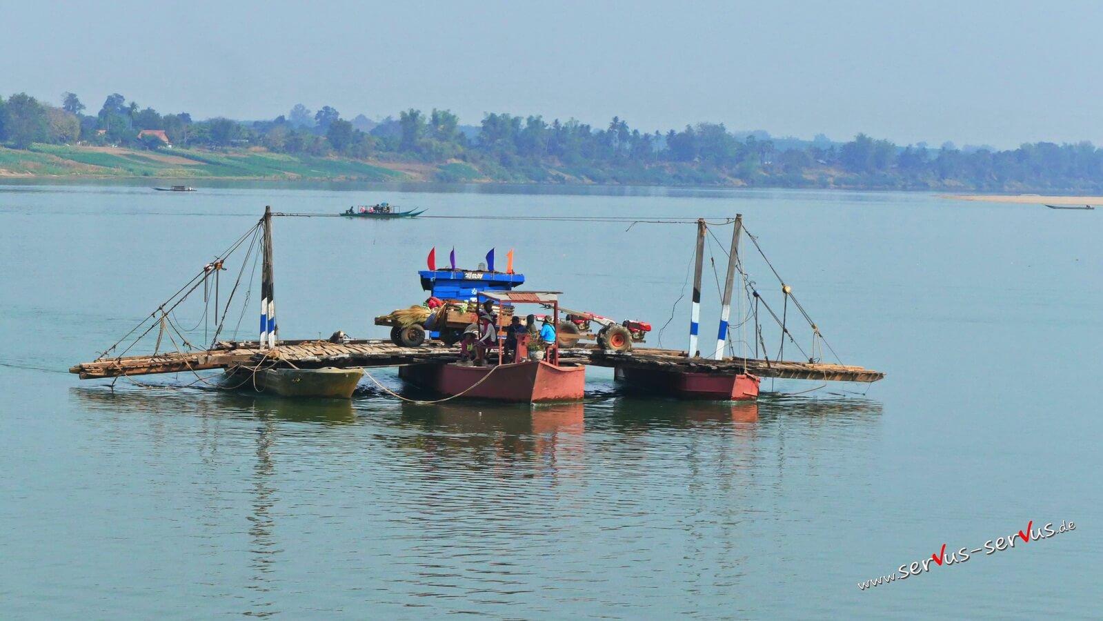einfacher Fähre auf dem Mekong bei Champasak