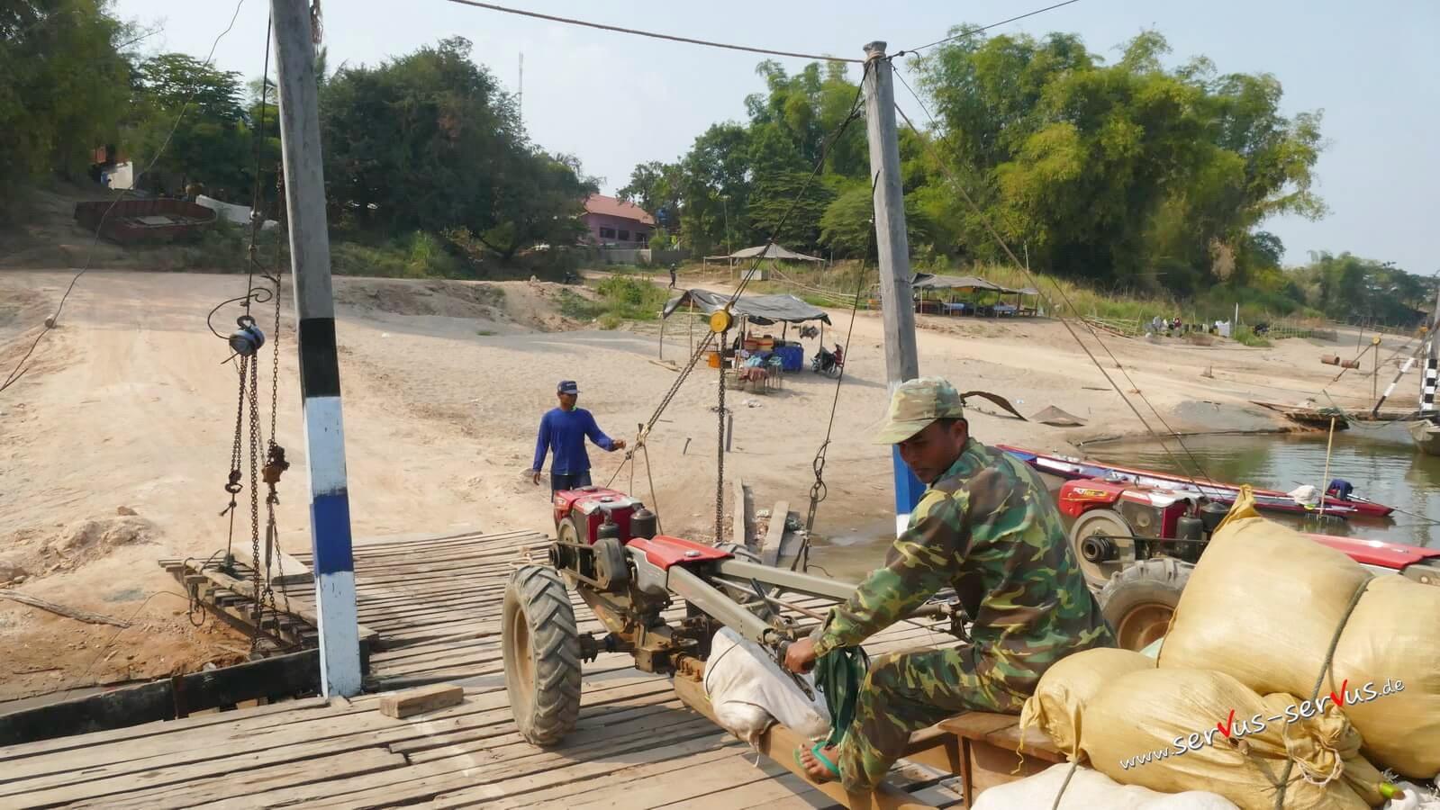 Boot ausladen am Mekong, Laos, Champasak