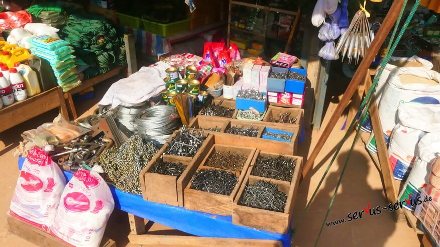 Motorenöl, Reis und Nägel auf dem Markt in Lak Sao