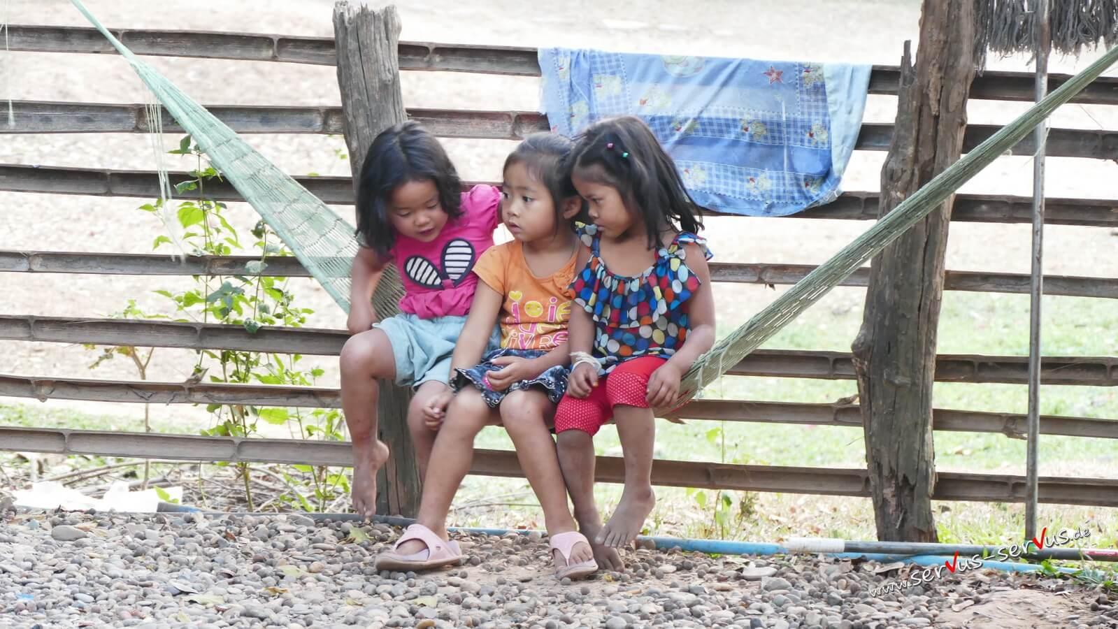 Hängematte mit Kinder, Laos, Bolavenplatea