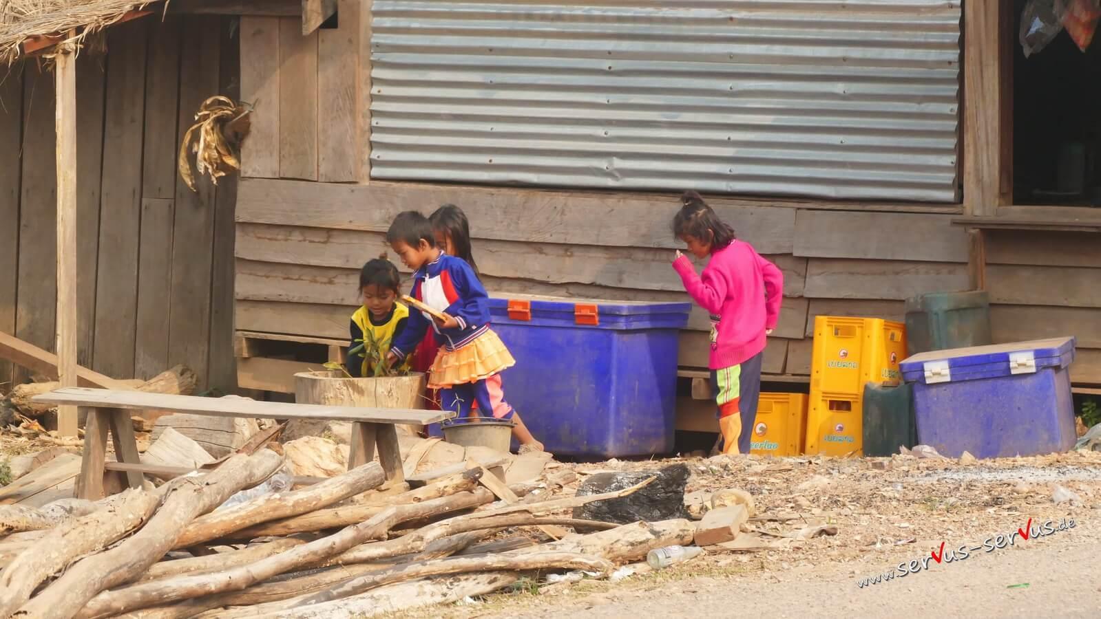 Kinder spielen im Dorf in Laos