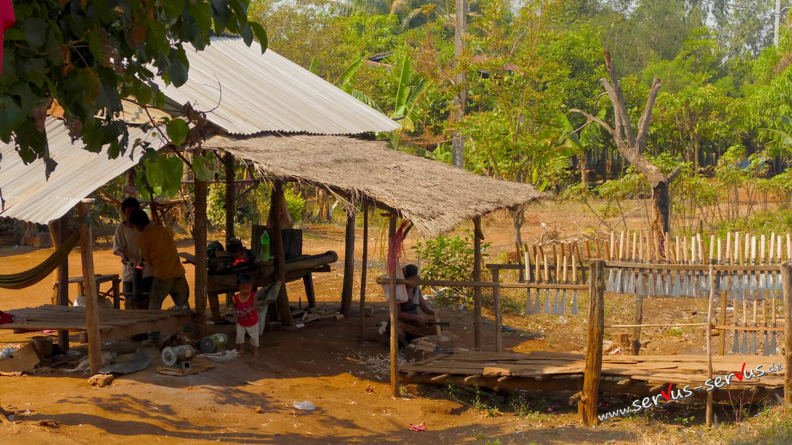 Bolavenpalteau, Laos, Schmiden am Straßenrand