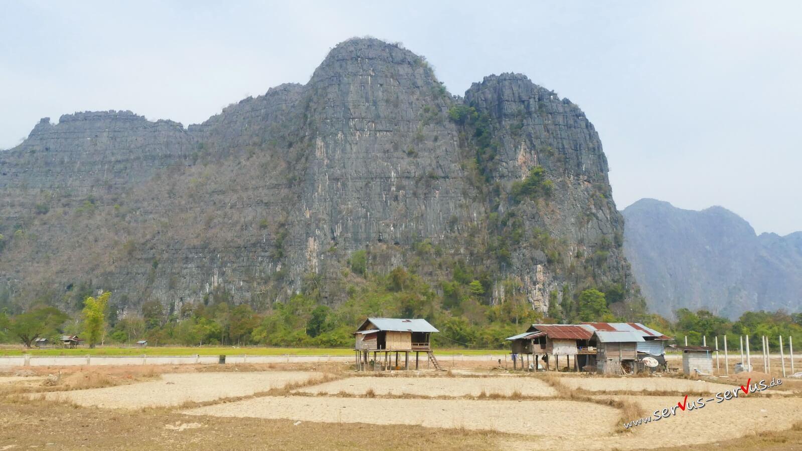 Berg und Hütten in Laos