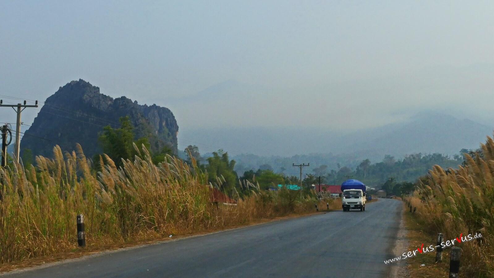 Straße auf dem Weg zur Kong Lor Cave