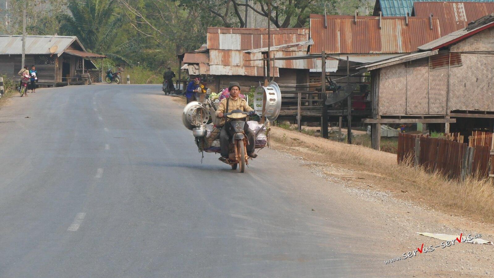 Händler auf dem Moped bei Viang Kham
